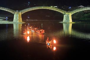 夜の錦帯橋と鵜飼の遊覧船の写真素材 [FYI01685880]
