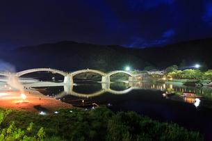夜の錦帯橋と鵜飼の遊覧船の写真素材 [FYI01685903]