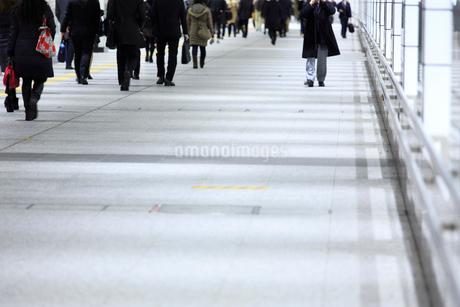 通路を行き交う人々の写真素材 [FYI01685912]
