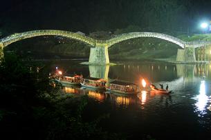 夜の錦帯橋と鵜飼の遊覧船の写真素材 [FYI01685933]