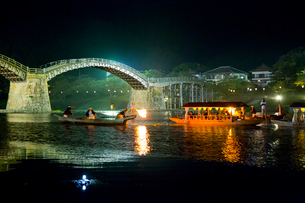 夜の錦帯橋と鵜飼の遊覧船の写真素材 [FYI01686021]