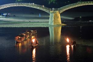 夜の錦帯橋と鵜飼の遊覧船の写真素材 [FYI01686065]