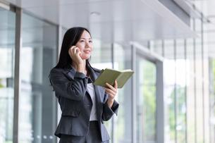 電話をするビジネスウーマンの写真素材 [FYI01686282]