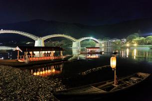 夜の錦帯橋と鵜飼の遊覧船の写真素材 [FYI01686299]