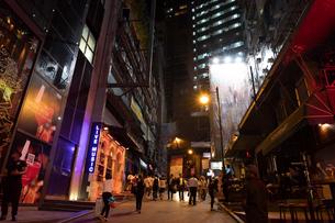 夜の香港 蘭桂坊 ランカイフォンの写真素材 [FYI01686412]
