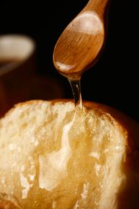 パンにトロリはちみつの写真素材 [FYI01686693]