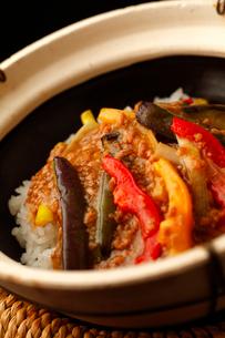 茄子の肉そぼろサーコ鍋のアップの写真素材 [FYI01686736]
