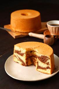 マーブル味シフォンケーキの写真素材 [FYI01686739]