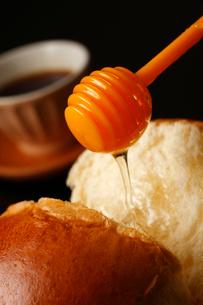 パンとはちみつコーヒー添えの写真素材 [FYI01686753]