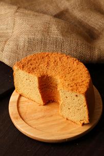 米粉シフォンケーキ半分の写真素材 [FYI01686909]
