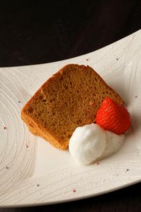 米粉シフォンケーキ いちごと生クリーム添えの写真素材 [FYI01686920]