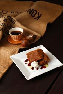 コーヒーとココア味シフォンケーキの生クリーム添えの写真素材 [FYI01687000]