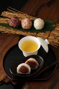 3種のおはぎとお茶の写真素材 [FYI01687130]