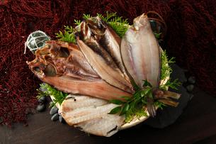 真ほっけ、しまほっけ、かれい、つぼ鯛の一夜干しセットの写真素材 [FYI01687216]