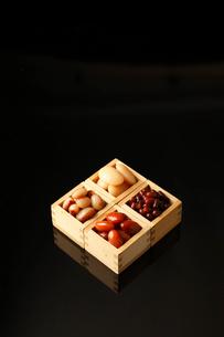 枡に入った煮豆の写真素材 [FYI01687217]