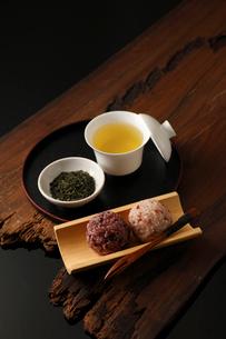 お茶とおはぎの写真素材 [FYI01687225]