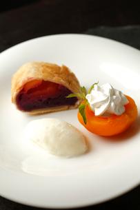 紫芋とりんごのパイ包み焼きアイス添えの写真素材 [FYI01687236]