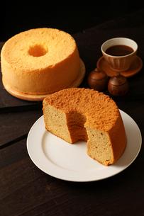 米粉シフォンケーキ丸形と半分の写真素材 [FYI01687239]