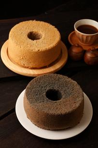 赤米と黒米のシフォンケーキ丸形の写真素材 [FYI01687306]
