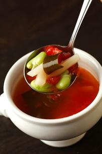 フルーツトマトと白アスパラの冷製スープの写真素材 [FYI01687323]