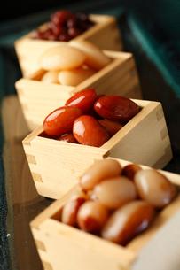 枡に入った煮豆の写真素材 [FYI01687387]