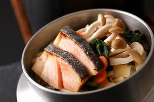 鮭としめじの釜飯の写真素材 [FYI01687401]
