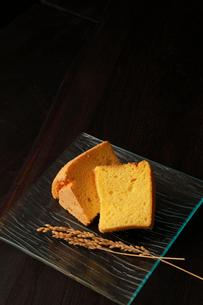 赤米シフォンケーキカットの写真素材 [FYI01687414]