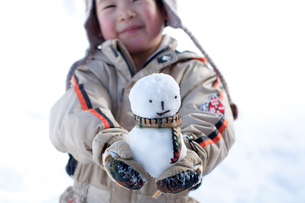 雪だるまを持つ男の子の写真素材 [FYI01687512]