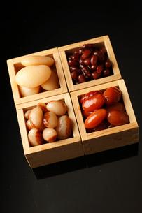 枡に入った煮豆の写真素材 [FYI01687521]
