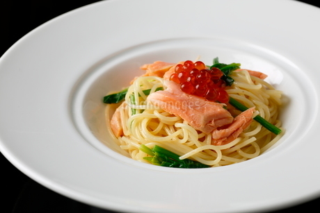 鮭とイクラのパスタの写真素材 [FYI01687525]