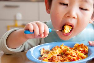 オムライスを食べる幼児の写真素材 [FYI01687539]