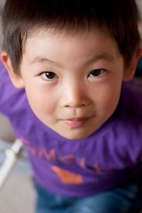 カメラを覗き込む男の子の写真素材 [FYI01687580]