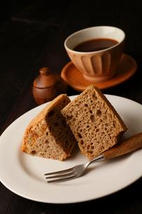 黒米シフォンケーキカット コーヒー添えの写真素材 [FYI01687686]