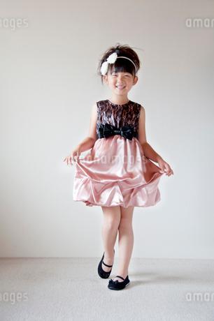 ドレスを着た女の子の写真素材 [FYI01687693]