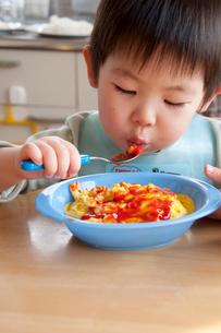 オムライスを食べる幼児の写真素材 [FYI01687759]