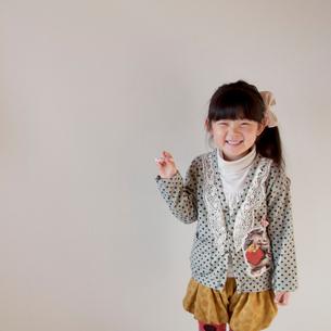 チョークを持つ女の子の写真素材 [FYI01687803]