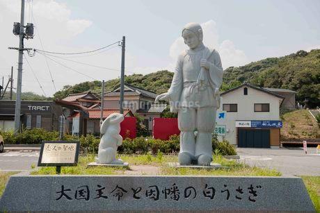 白兎神社 大国主命と因幡の白うさぎの写真素材 [FYI01687879]