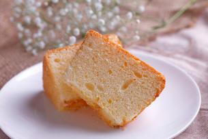 シフォンケーキ  カットの写真素材 [FYI01687882]