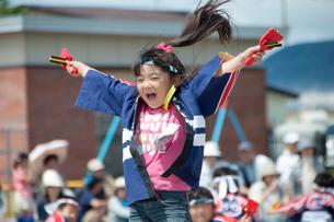 よさこいを踊る女の子の写真素材 [FYI01687953]