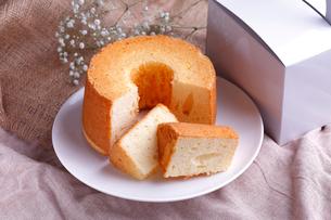 シフォンケーキ  カットの写真素材 [FYI01687969]