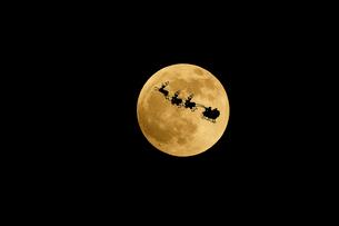 月とサンタとトナカイの写真素材 [FYI01687975]