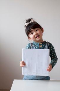 メッセージボードを持つ女の子の写真素材 [FYI01687998]