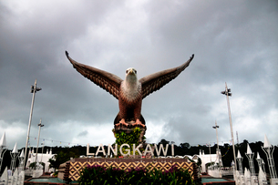 イーグルスクェアの鷲の像 ランカウイの写真素材 [FYI01688156]
