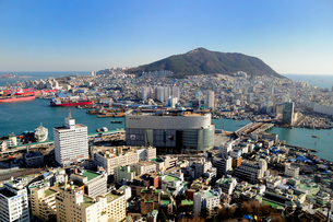 釜山港方面の街並 釜山の写真素材 [FYI01688254]