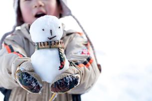 子供が持つ雪だるまの写真素材 [FYI01688359]
