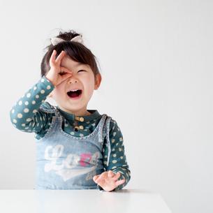 OKサインをする女の子の写真素材 [FYI01688477]