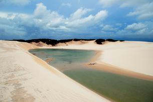 砂丘と池と青空の写真素材 [FYI01688773]