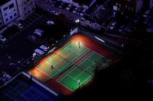 照明に照らされたテニスコート 釜山の写真素材 [FYI01688775]
