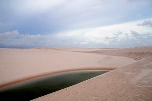 砂丘と池の写真素材 [FYI01688794]