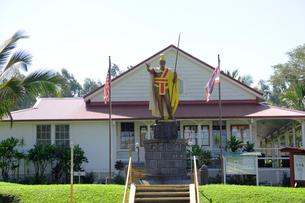 地方裁判所とカメハメハ大王像 ハワイ島の写真素材 [FYI01688803]